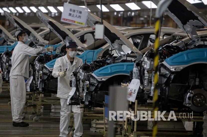 karyawan-bekerja-di-tempat-perakitan-mobil-di-pabrik-dongfeng_200416195006-816.jpg