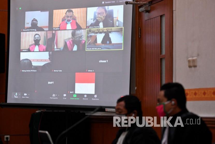 layar-menampilkan-sidang-pembacaan-putusan-kasus-penusukan-terhadap-mantan_200625145759-248.jpg