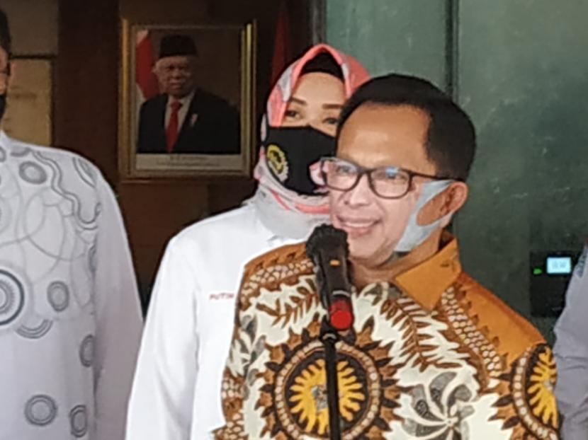 menteri-dalam-negeri-mendagri-tito-karnavian-memakai-masker-menyerupai_200528164023-192.jpg