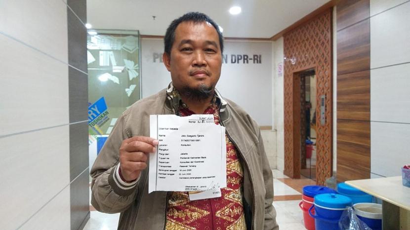 koordinator-masyarakat-antikorupsi-indonesia-maki-boyamin-saiman-menyerahkan-surat_200714171551-571.jpg