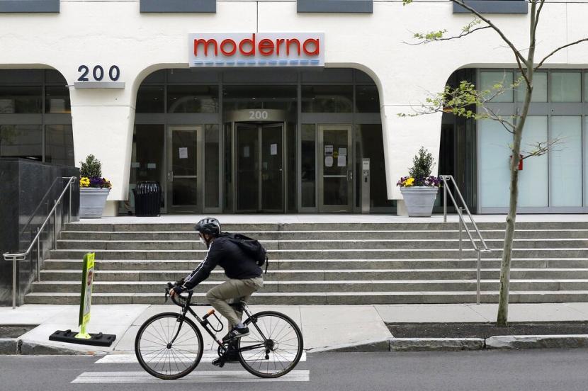 pesepeda-melintas-di-depan-gedung-moderna-inc-di-cambridge_200519100137-186.jpg
