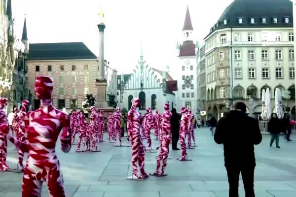 Ada 111 boneka merah putih terpajang di Marienplatz Munich