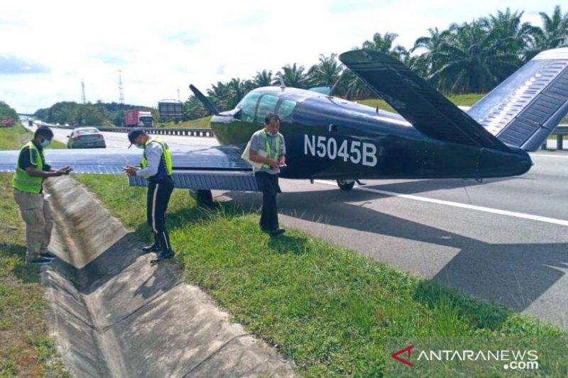 Pesawat ringan mendarat di jalan tol Johor