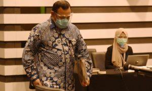 ketua-kpk-firli-bahuri-bersiap-menjalani-sidang-etik-dengan_200924130728-529.jpg