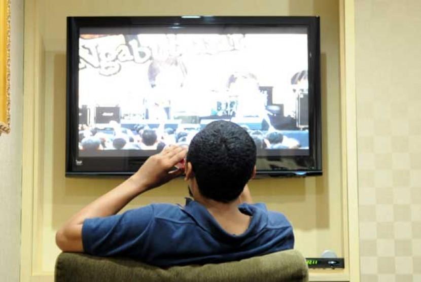 orang-duduk-menonton-tv-ilustrasi-_120711083637-383.jpg