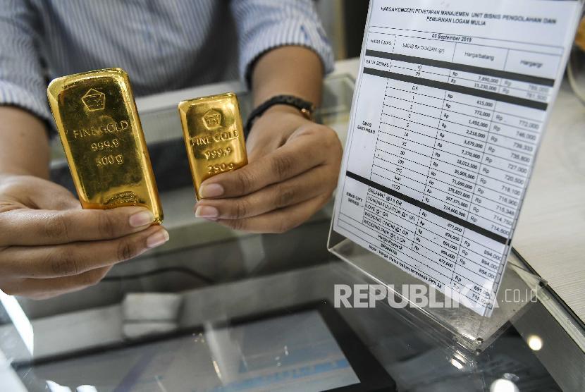petugas-menunjukkan-emas-milik-pt-aneka-tambang-antam-_191130145634-767.jpg