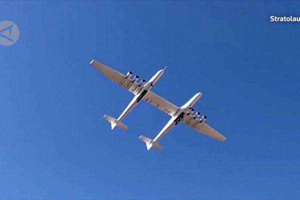 Pesawat terbesar di dunia terbang di atas gurun Mojave California