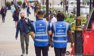 """Bilang jangan """"gemetar ketakutan"""" ke publik, Menkes Inggris dikritik"""
