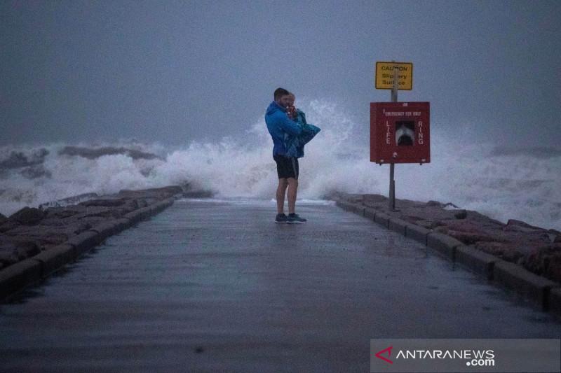 Nicholas melemah jadi badai tropis, terjang Texas, Louisiana